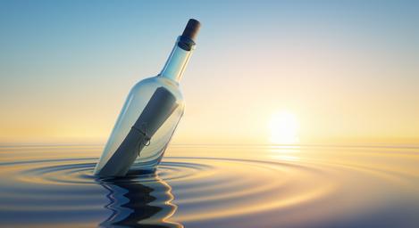 Flaschenpost im Sonnenuntergang